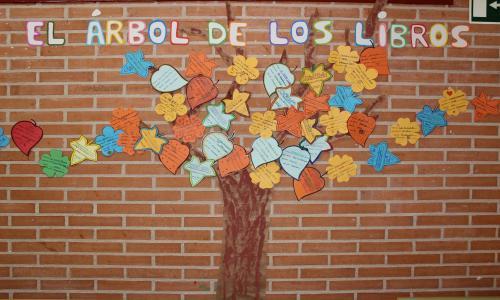 Árbol de los cuentos: cada hoja y flor tiene recomendaciones elaboradas por los niños y docentes.